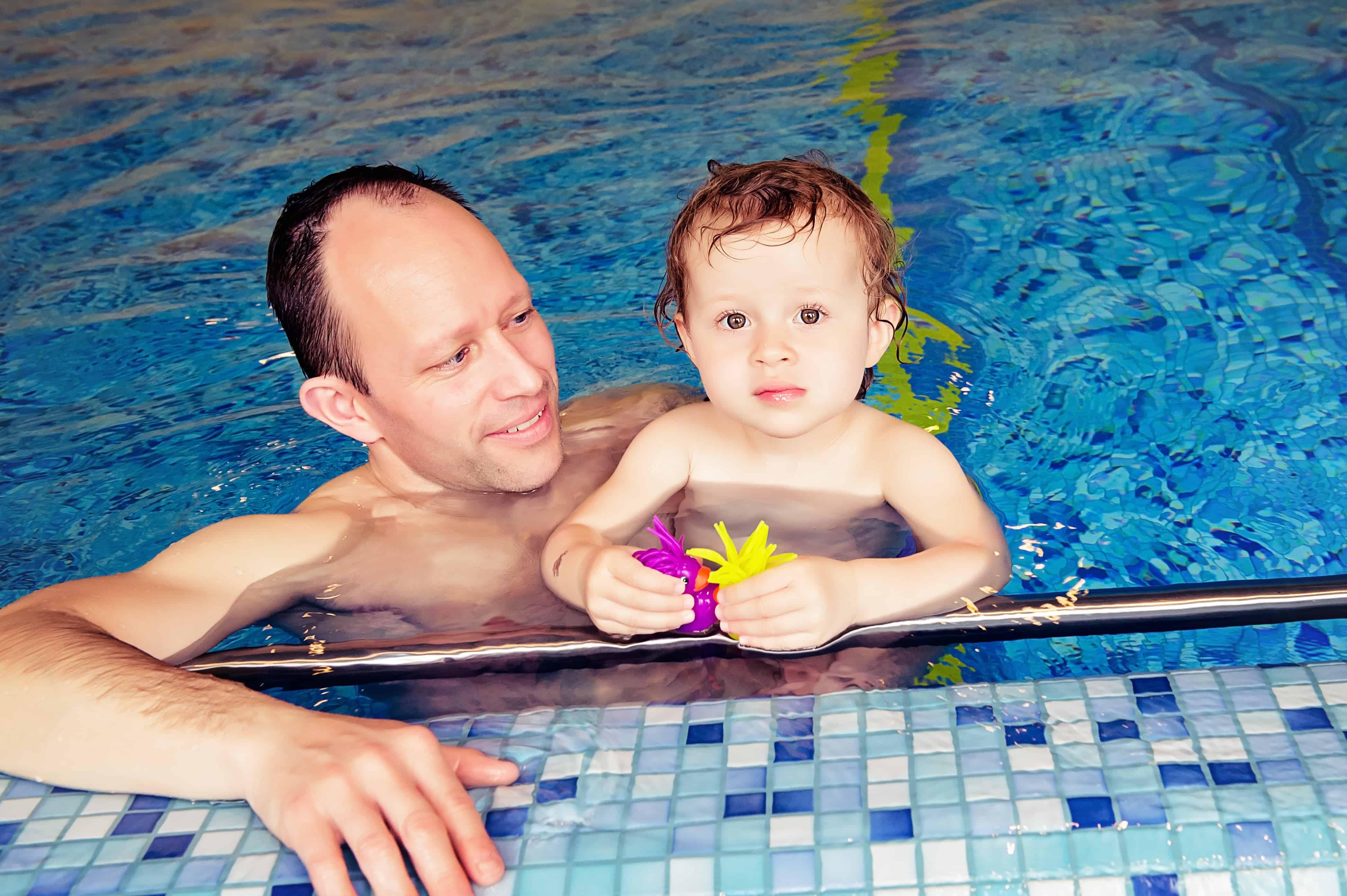 Papi mit Kind im Hallenbad Bremgarten der Schwimmschule Graf