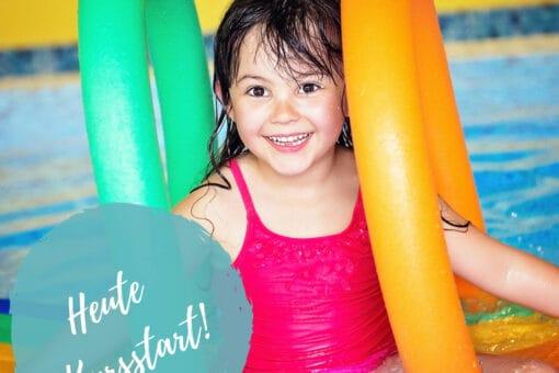 Kind im Wasser mit Poolnudel - Kursstart der Schwimmschule Graf