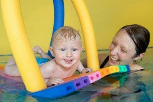 Baby mit Mami im Wasser