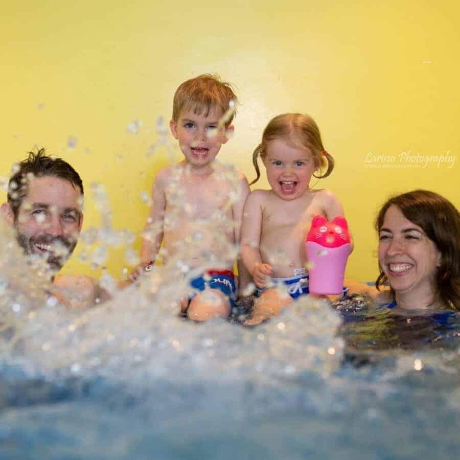 Eltern mit Kindern im Wasser
