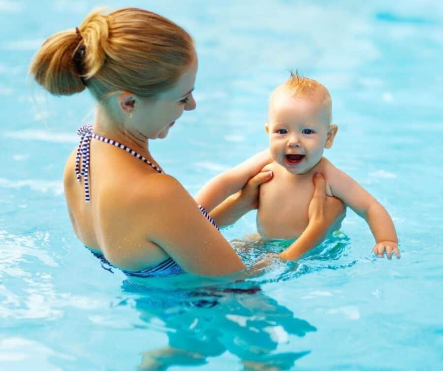 Mami mit Baby im Wasser bei der Schwimmschule Graf