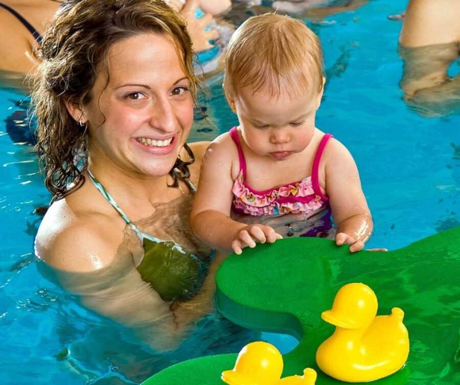 Mami mit Baby / Kind im Wasser