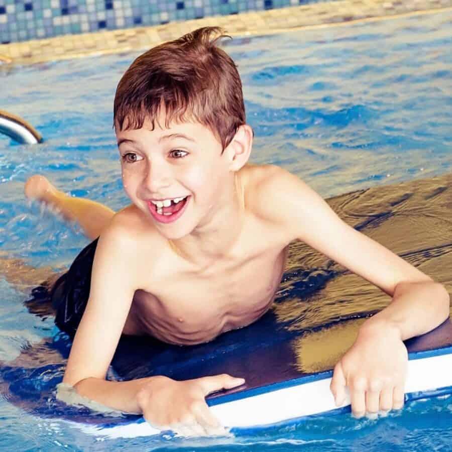 Kind im Wasser der Schwimmschule Graf