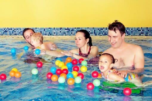 Kinder im Wasser bei der Schwimmschule Graf in Bremgarten