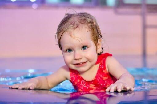 Kleinkind im Wasser bei der Schwimmschule Graf