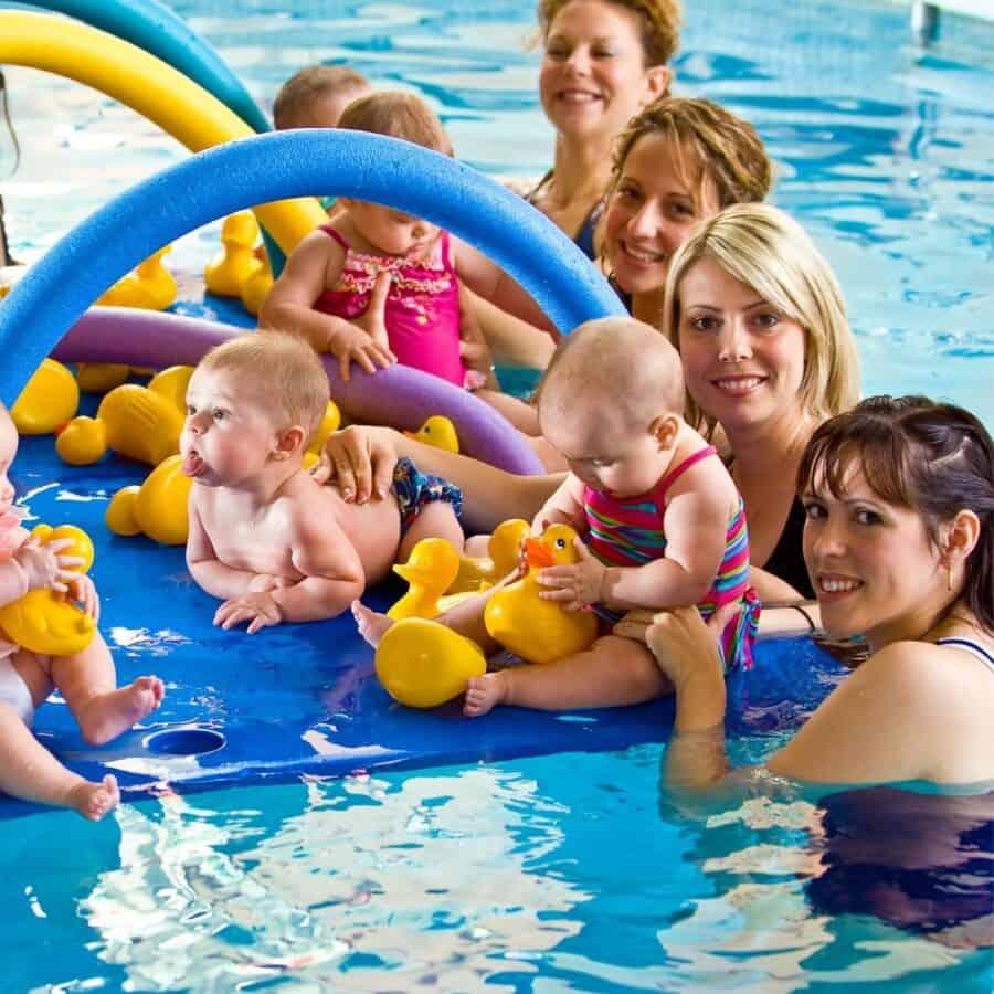 Mamis mit Babys im Wasser bei der Schwimmschule Graf