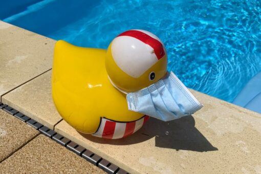 Ente am Pool mi Maske