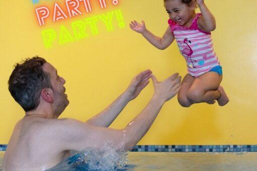 Kind hüpft ins Wasser