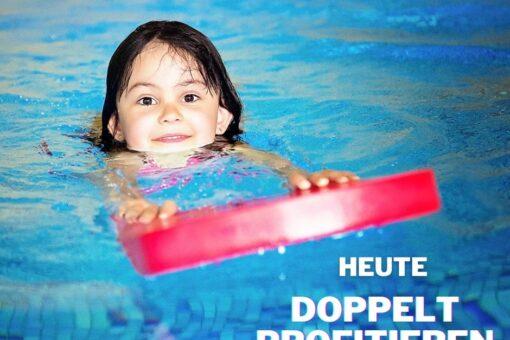 Kind mit Schwimmbrett im Waser
