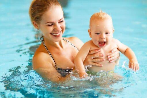 Mutter mit Baby - Schwimmschule Graf