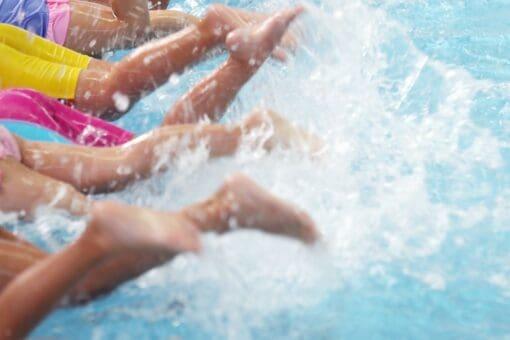 Kinder Spritzen im Kinderschwimmen